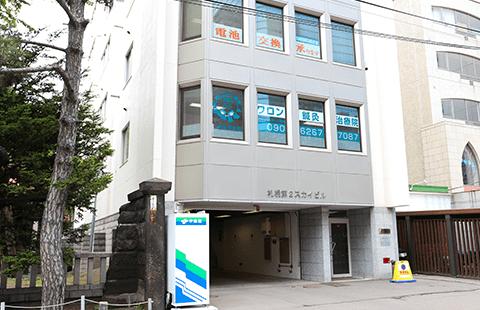 三吉神社隣りのビル2階になります。